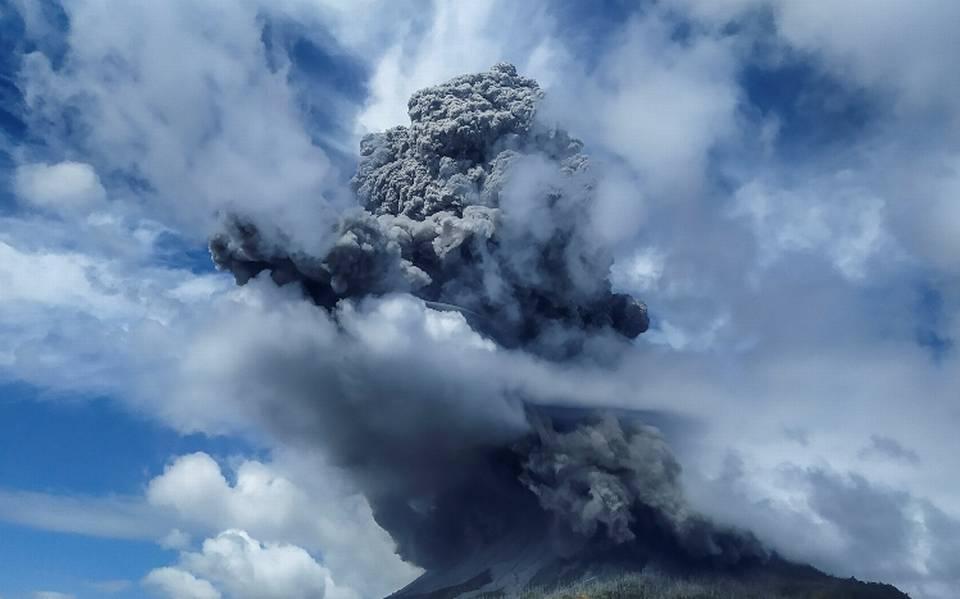 Erupción del volcán Sinabung en Indonesia levanta una columna de cenizas