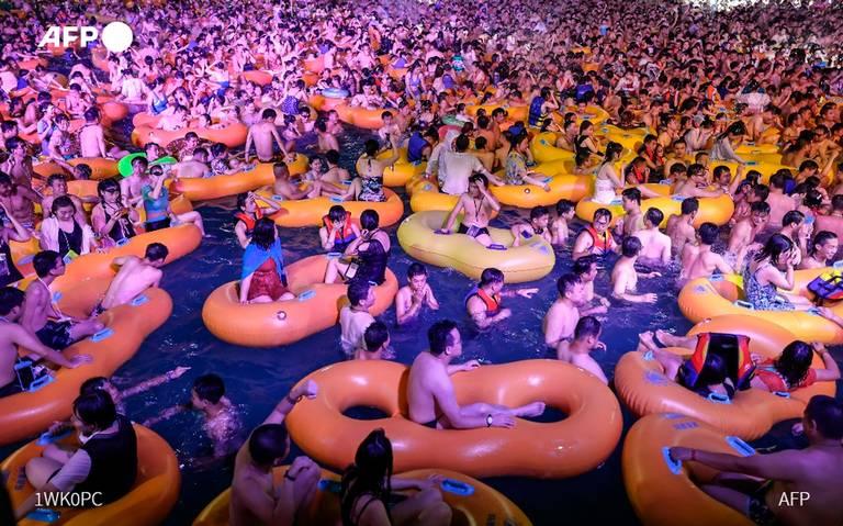 Wuhan China lugar donde se originó COVID-19 dio una megafiesta en parque acuático