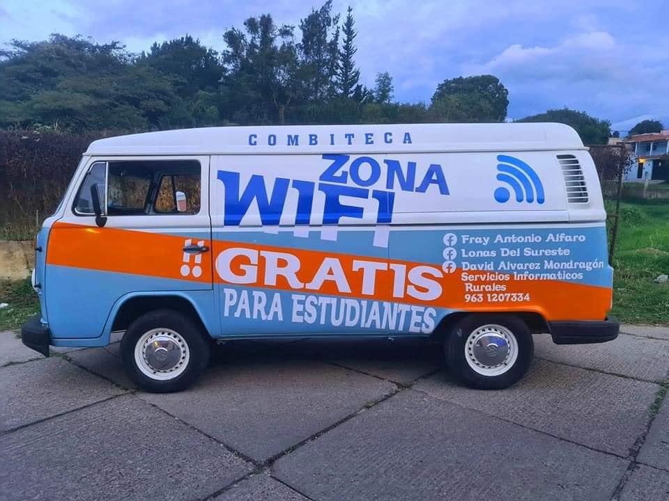 """Profesor recorre calles de Comitán en su """"combiteca"""" llevando internet a estudiantes"""