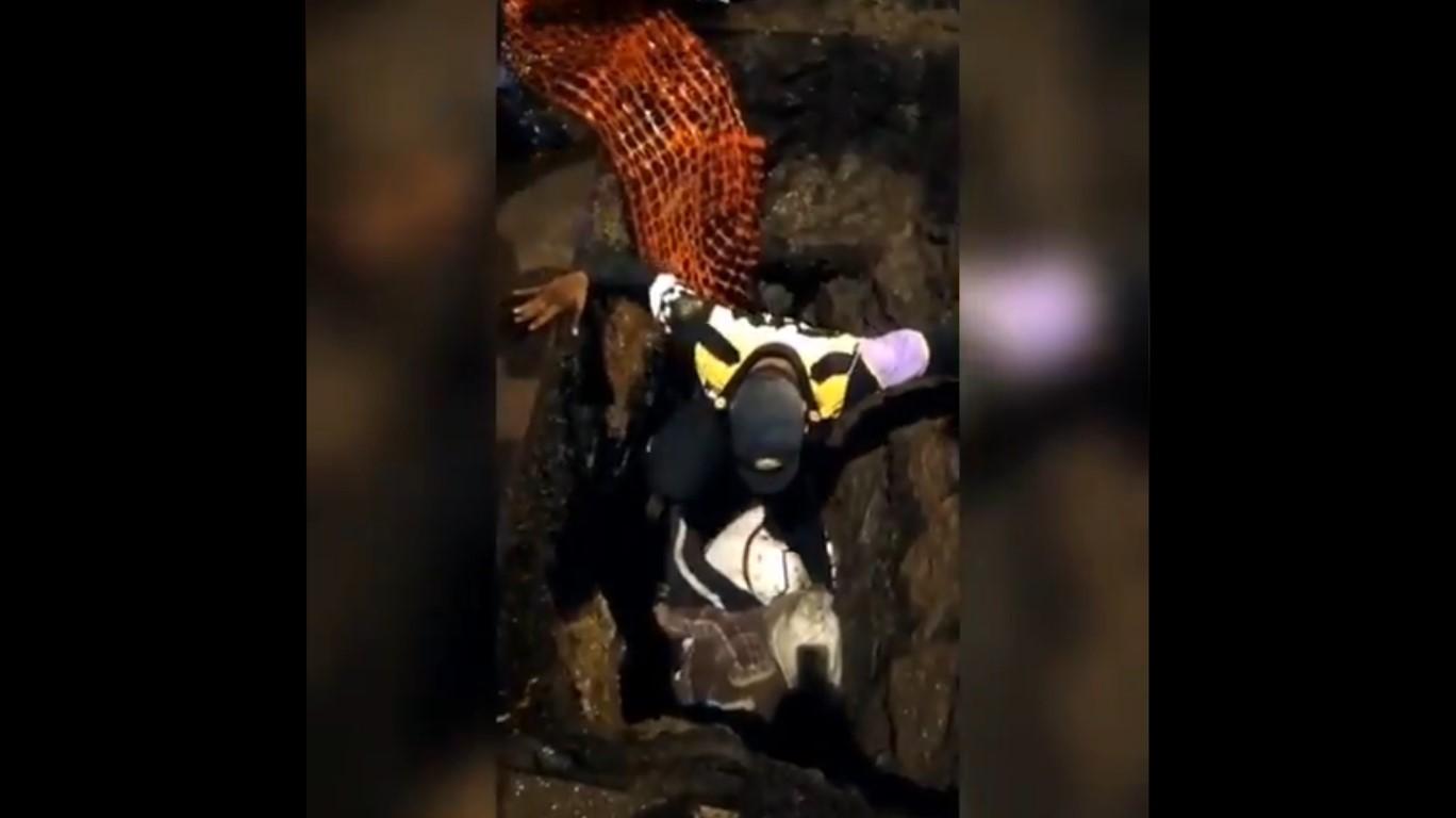Policía ayuda a una mujer con discapacidad visual que cayó en una zanja