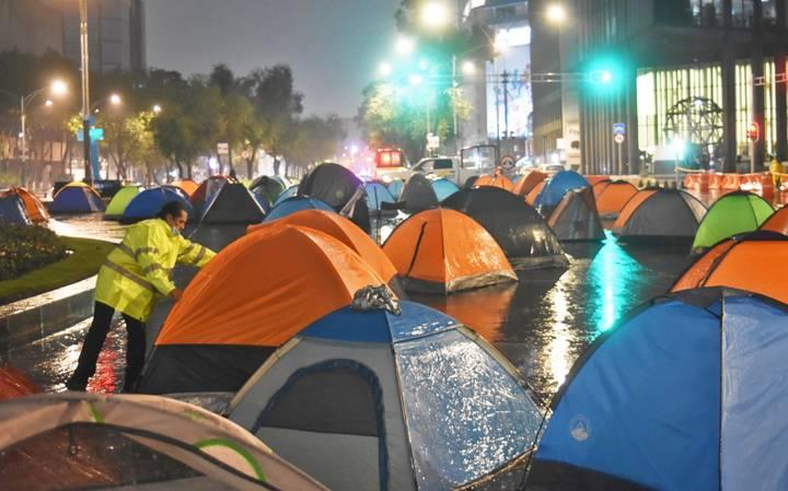 Campamento sobre Avenida Juárez, no se moverán hasta que los dejen llegar al Zócalo, donde exigirán la renuncia de López Obrador