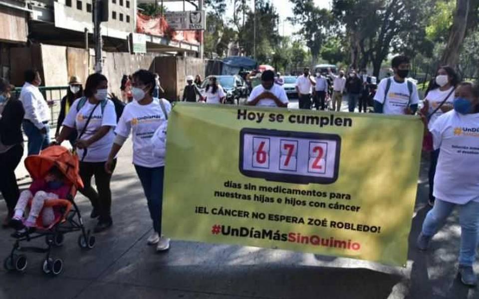Padres de niños con cáncer protestan bloqueando circuito interior, exigiendo medicamentos