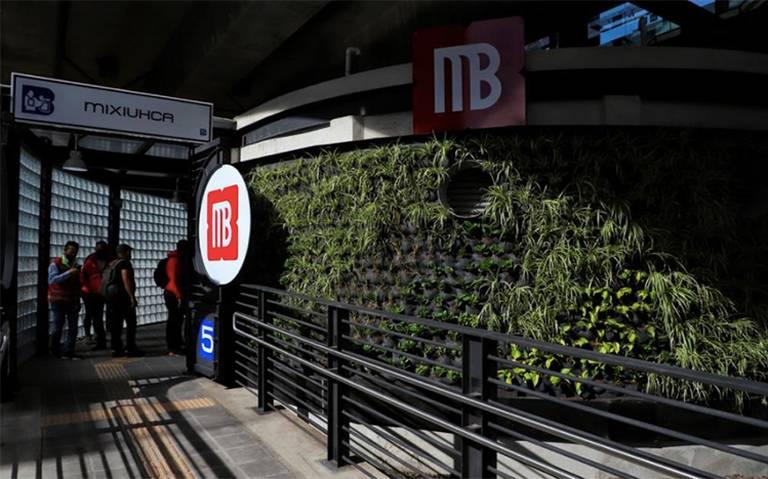 Tráiler se estrella contra estación del Metrobús L5