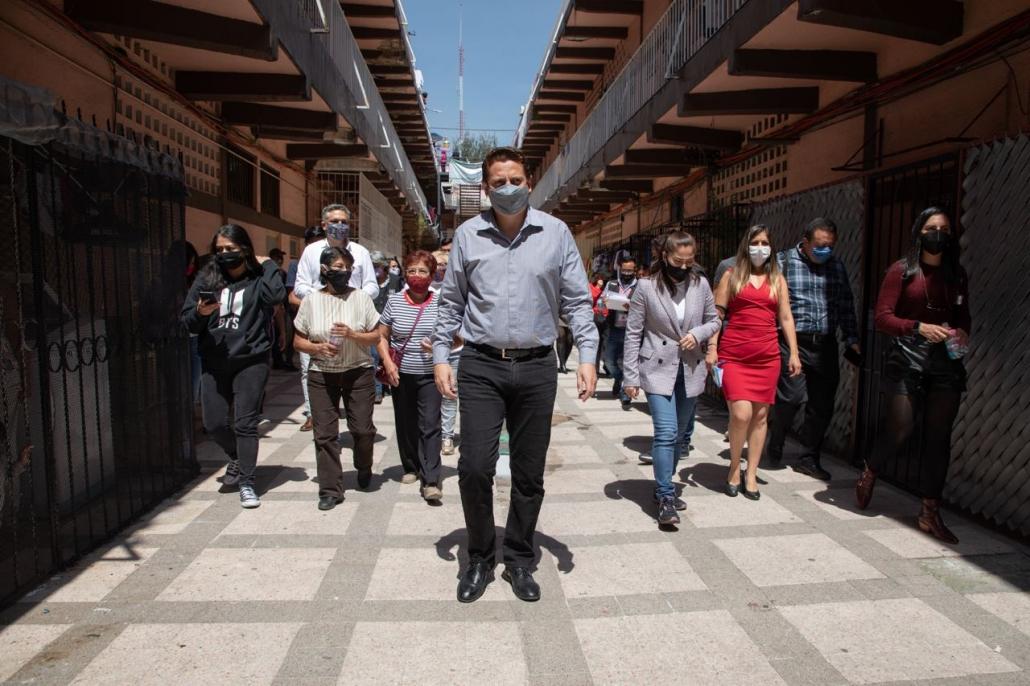 Entrega Néstor Núñez libros a niños de la Doctores para motivarlos durante la pandemia