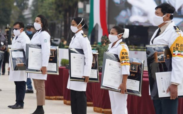 Personal de salud del IMSS que sobresalió por entrega al atender COVID-19 recibe Condecoración Miguel Hidalgo en Grado Cruz