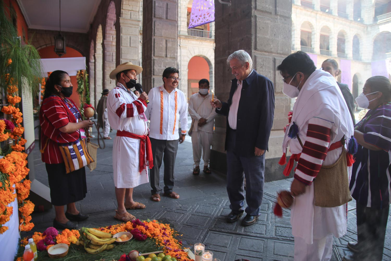 Con ofrendas de pueblos originarios en Palacio Nacional, el presidente rinde homenaje a víctimas del  COVID-19