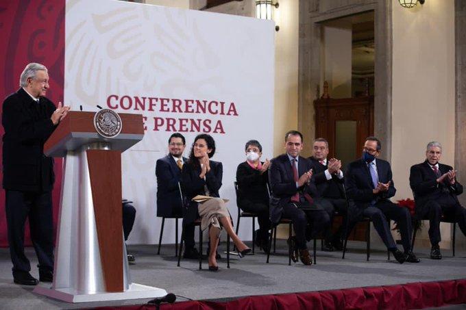 El presidente firma acuerdo sobre outsourcing con sector obrero y empresarial