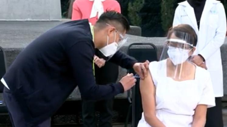 México inició este jueves aplicación de la vacuna contra Covid-19 a personal de salud.
