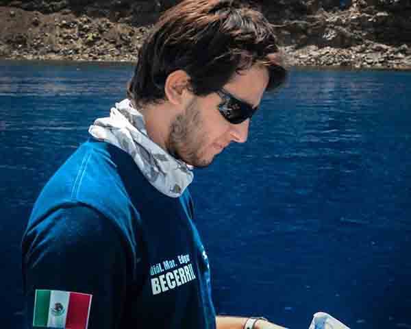 Expone estudiante politécnico obra fotográfica a favor de los tiburones en Europa