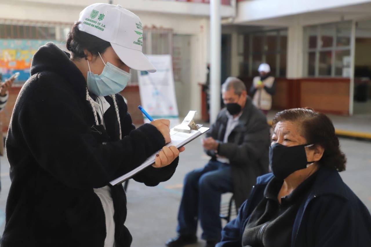 Tercera parte de mayores de 60 años ha recibido al menos primera dosis de vacuna contra COVID-19