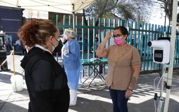 Con lengua de señas trabajadora del IMSS apoya en la atención a pacientes sospechosos de COVID-19