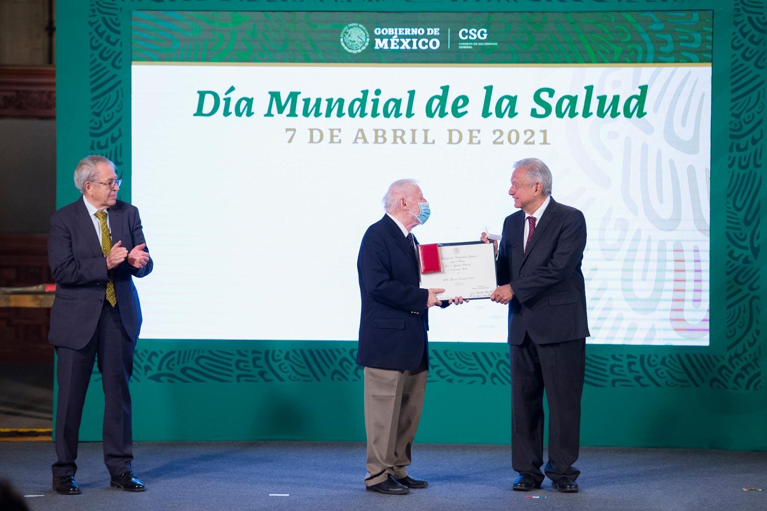 Con condecoraciones a personal médico el presidente conmemoró el Día Mundial de la Salud.