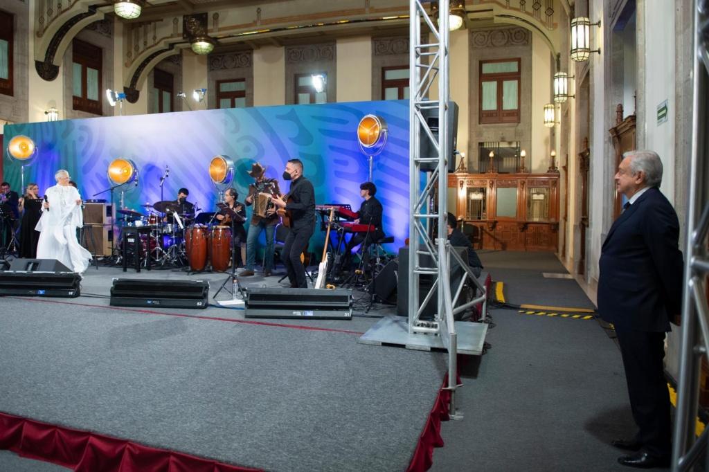 Presidente celebra Día de las Madres y les dedica festival a cargo de la cantante Eugenia León en Palacio Nacional