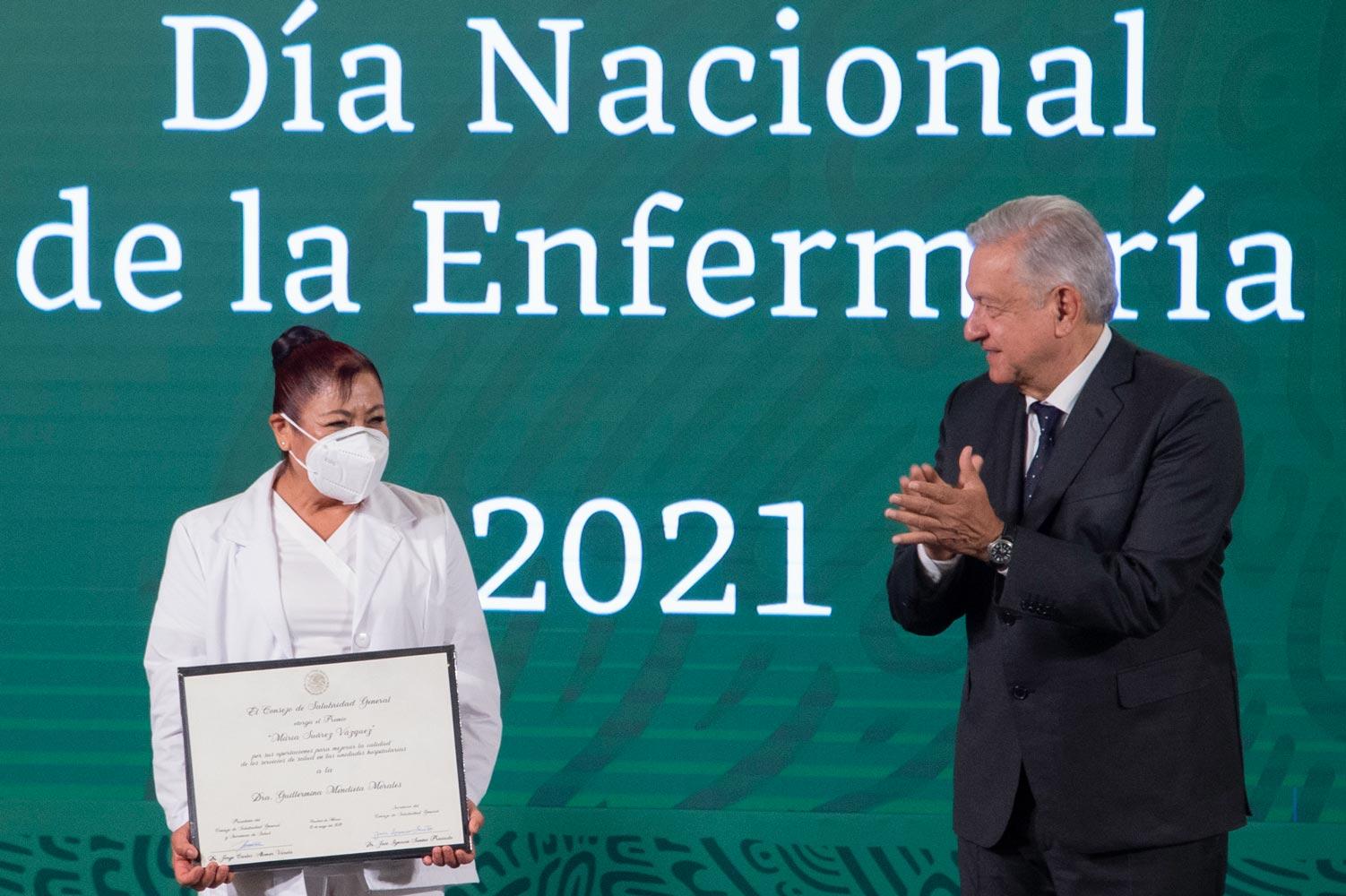 Presidente entrega reconocimientos por el Día Nacional de la Enfermería, su labor ha sido fundamental durante la pandemia, señaló.