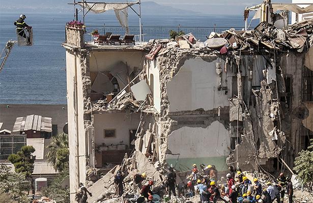 Suman ocho desaparecidos en derrumbe de edificio en sur de Italia