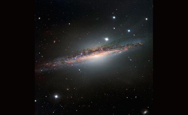 Conoce a la galaxia NGC 1055, la hermana mayor de la Vía Láctea