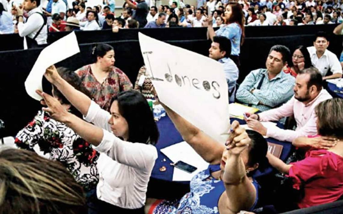 Pide López Obrador a profesores eliminar el ausentismo