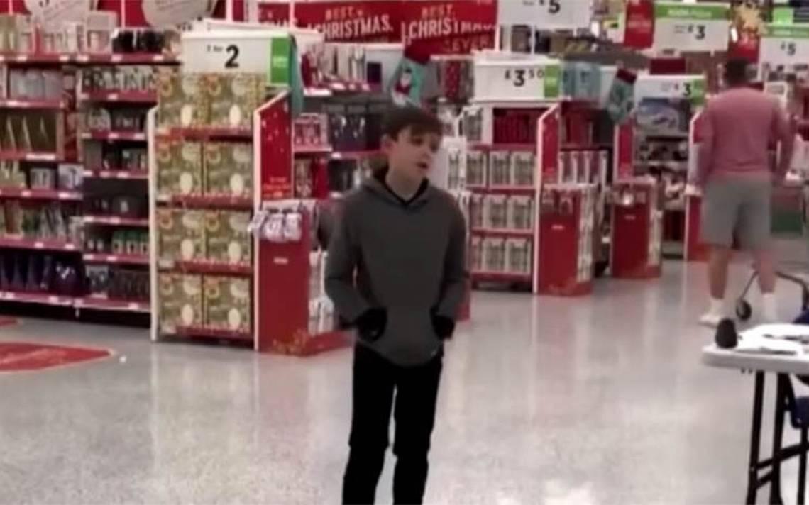 [Video] Niño autista sorprende con su voz al cantar en un supermercado
