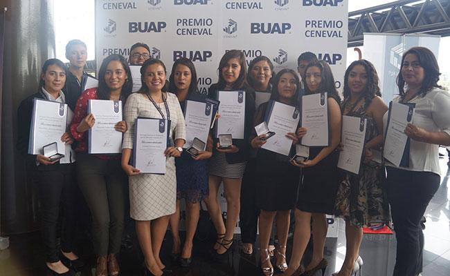 Egresados de la UAEH reciben premio a la excelencia