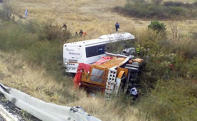 Choque entre torton y autobús deja 22 heridos en Oaxaca