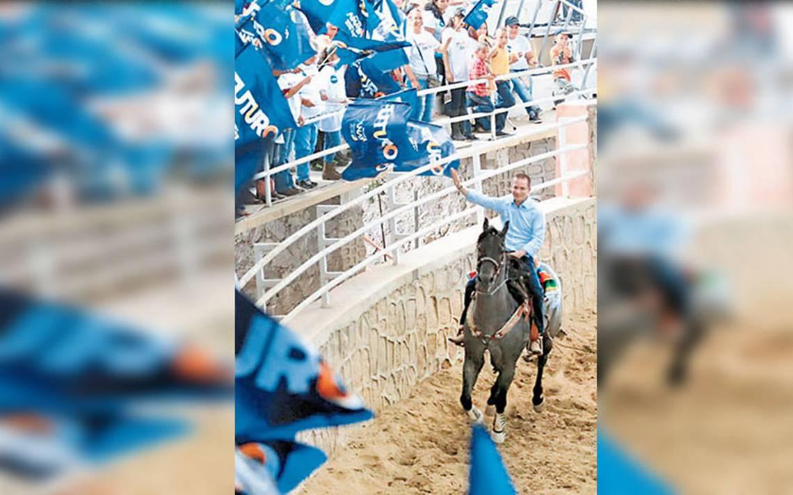 Ricardo Anaya se viste de charro y salta de un caballo a otro