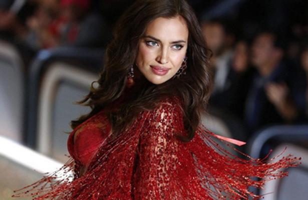 ¡Irina Shayk desfila embarazada para Victoria's Secret!