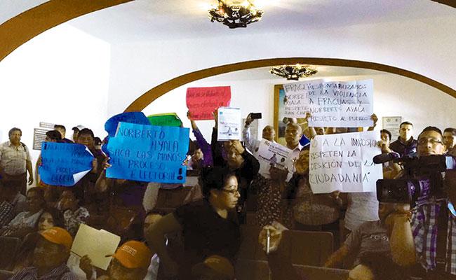 Irrumpen habitantes de San Juan Chapultepec en sesión de cabildo
