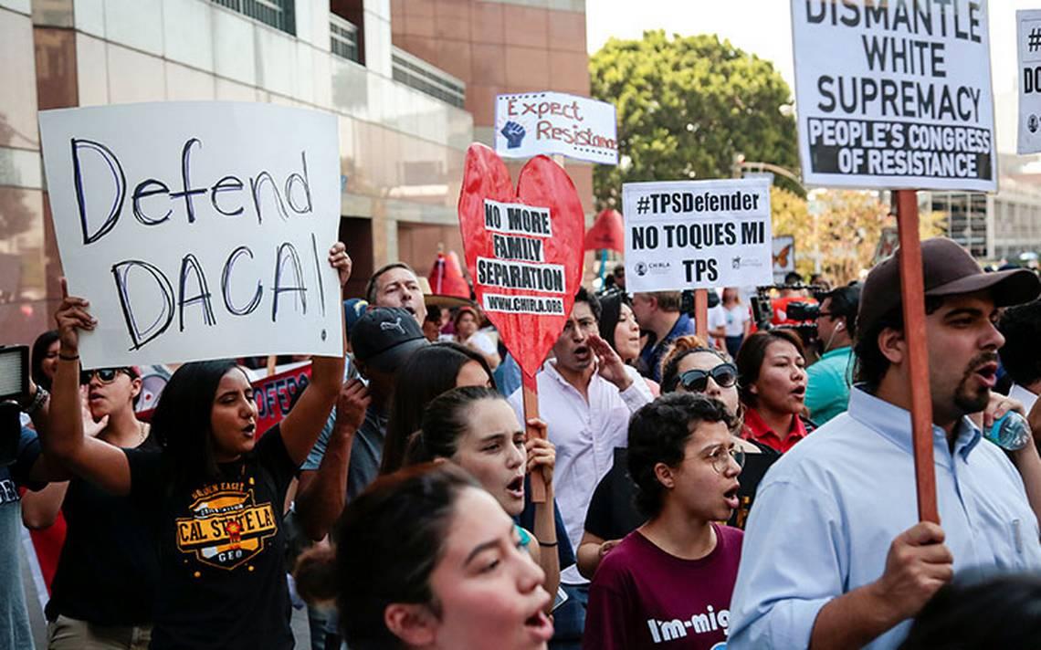 Juez orden a Trump reactivar programa para admitir a dreamers