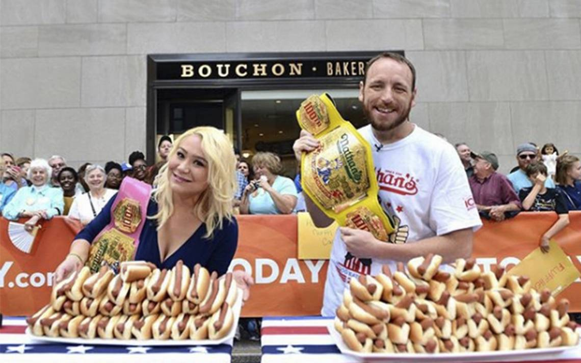 Mujer se convierte en pentacampeona por devorar más de 30 hot dogs