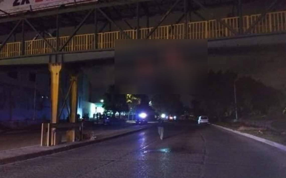 Hallan dos cuerpos colgados en un puente peatonal de San Luis Potosí