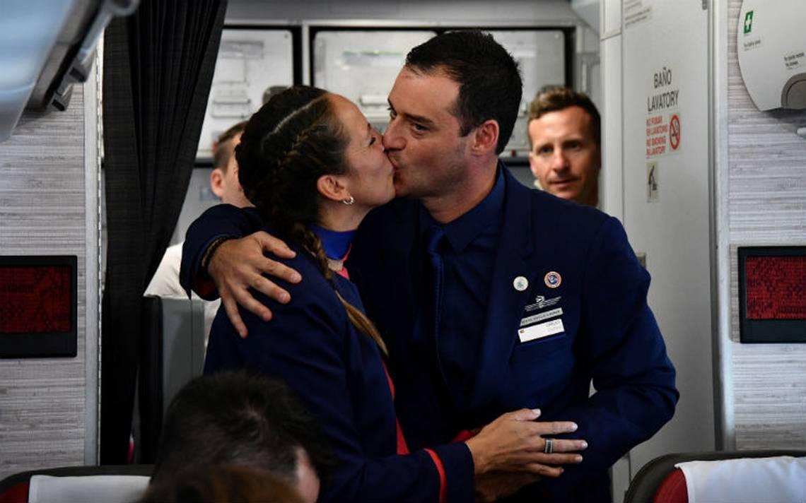 Por primera vez, el Papa casa a una pareja abordo de un avión