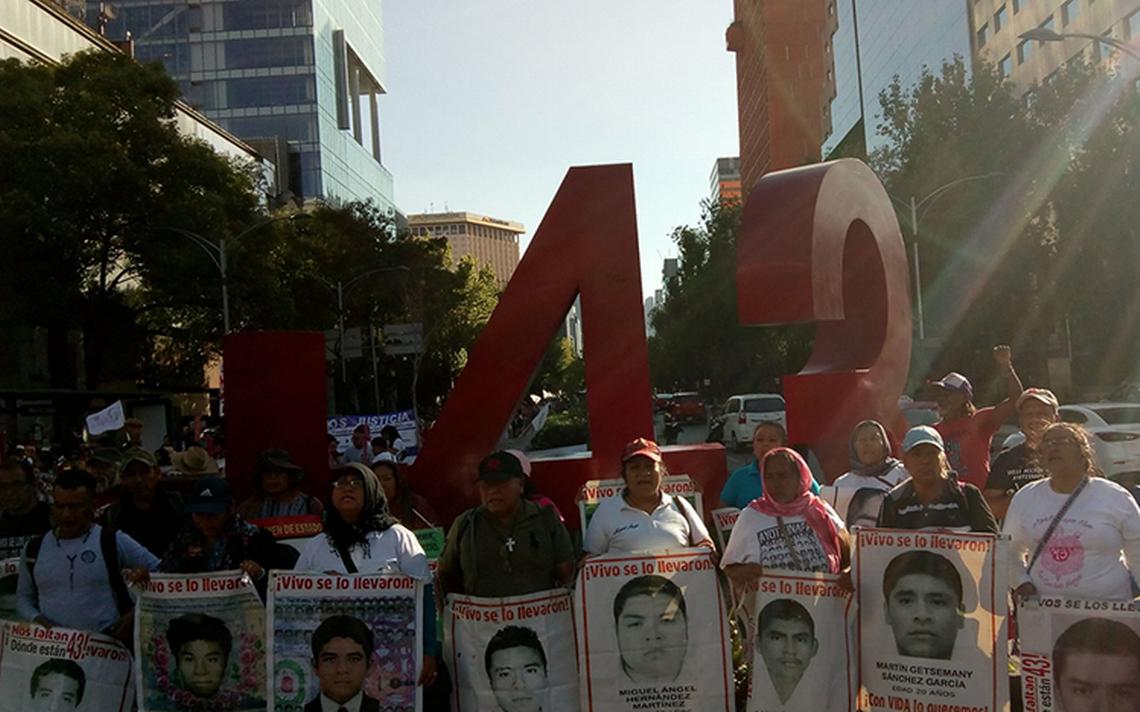 Marchan por los 43 de Ayotzinapa a 44 meses de su desaparición