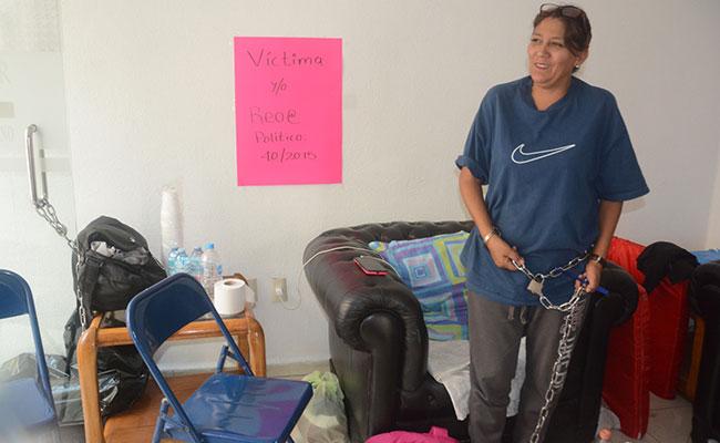 Mujer se encadena a oficina de gobierno de SLP
