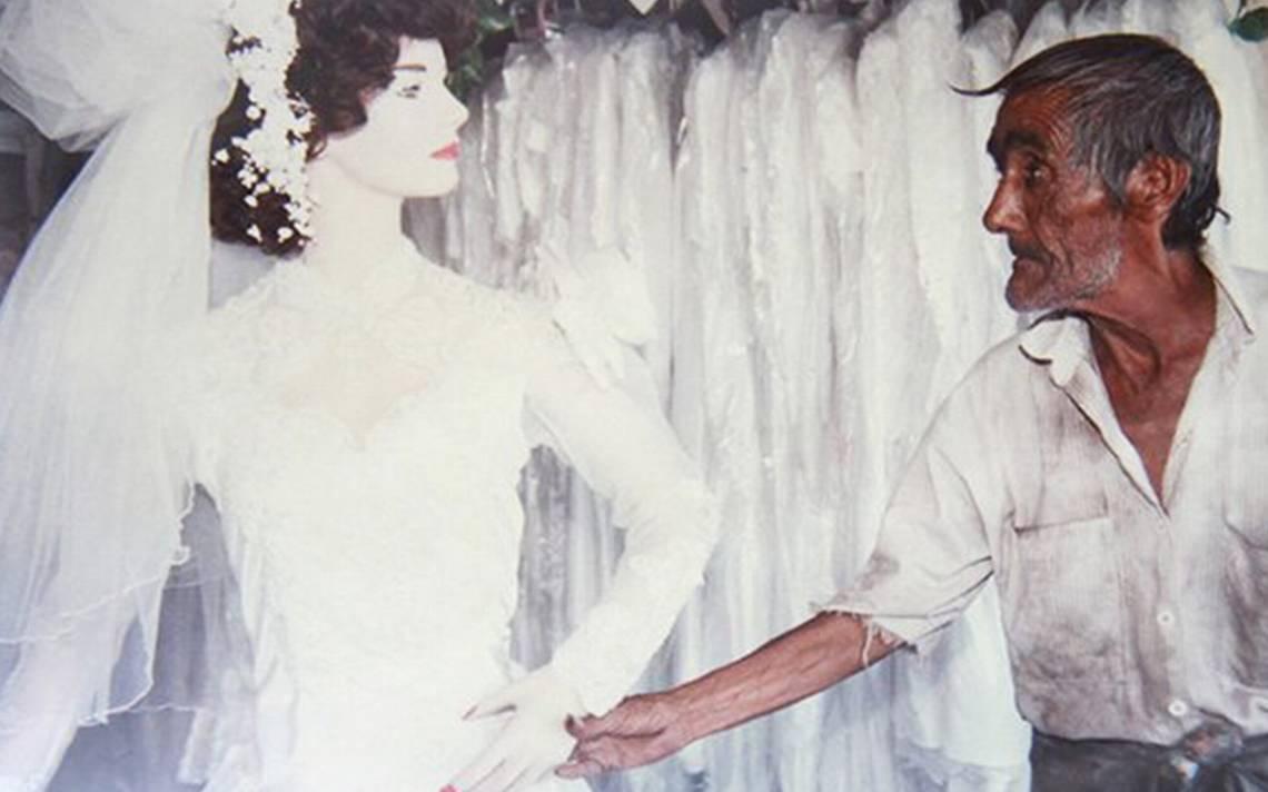 """Conoce a Arturo Chávez, el """"eterno enamorado"""" de ¡un maniquí!"""