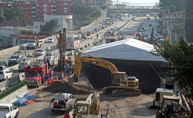 Evacúan a 6 familias por riesgos ante obras en socavón