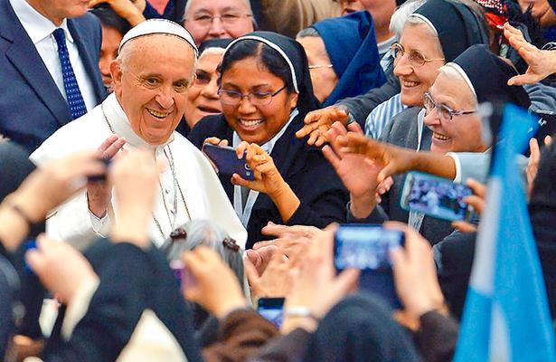 Cada año cuelgan los hábitos dos mil  300 religiosos: Rodríguez Carballo