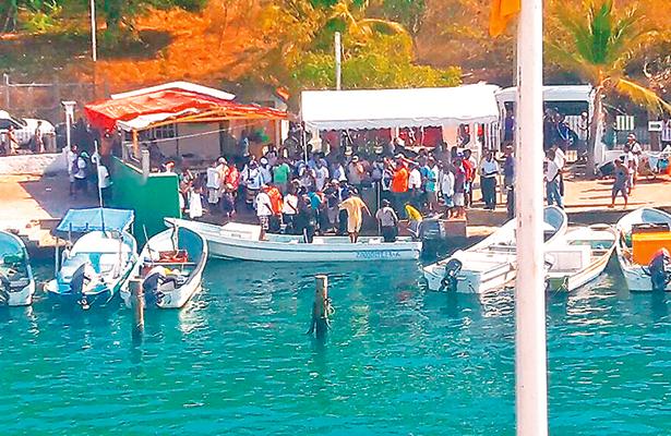 Rescatan a pescadores náufragos en Oaxaca