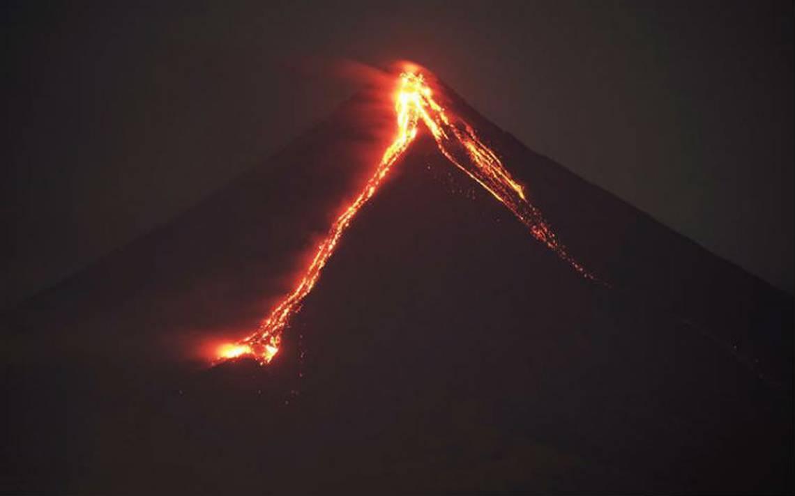 Evacuan a miles de personas en Filipinas por erupción de volcán Mayón