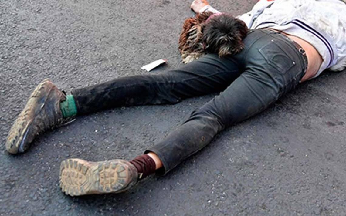 Fiel perro no se separa de su amo que murió atropellado en Iztapalapa