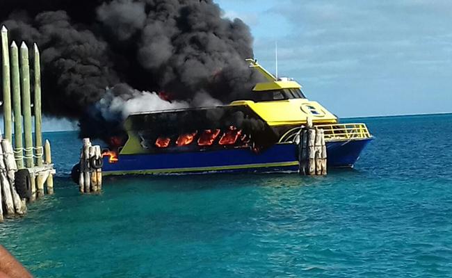 Se incendia ferry en embarcadero de Playa Tortugas