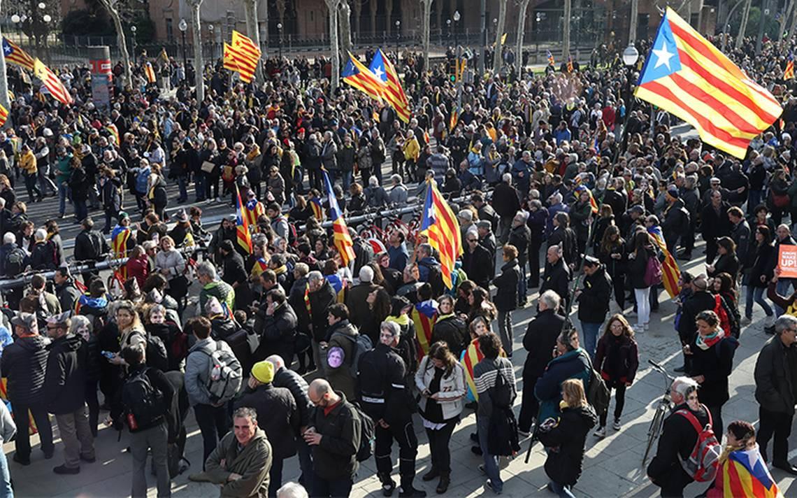 Independentistas se manifiestan y llegan a las puertas de Parlamento catalán
