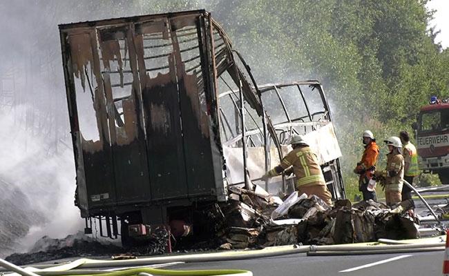 Se incendia autobús con jubilados tras chocar en Alemania; hay 18 muertos