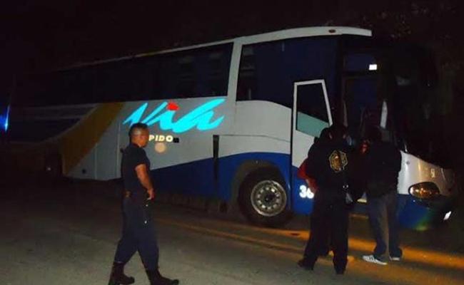Asaltan autobús en Puebla; reportan un muerto