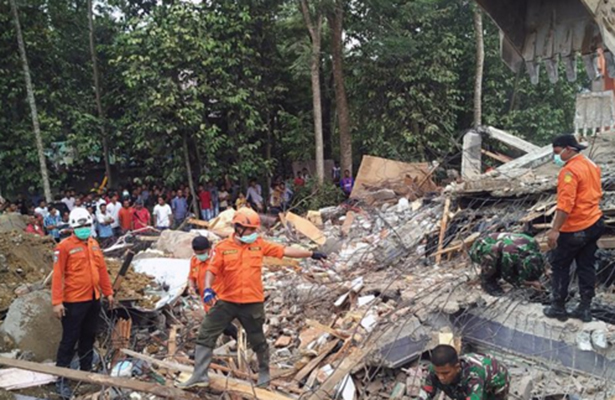 Se eleva a 97 el número de muertos tras sismo en Indonesia