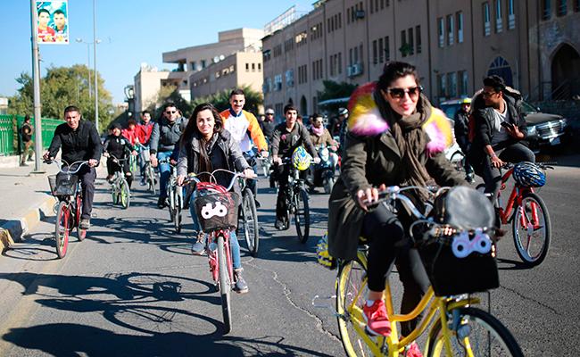 """La """"chica de la bici"""", referente de mujeres iraquíes"""