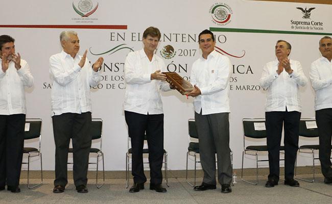 Recibe Alejandro Moreno facsímil de la Constitución
