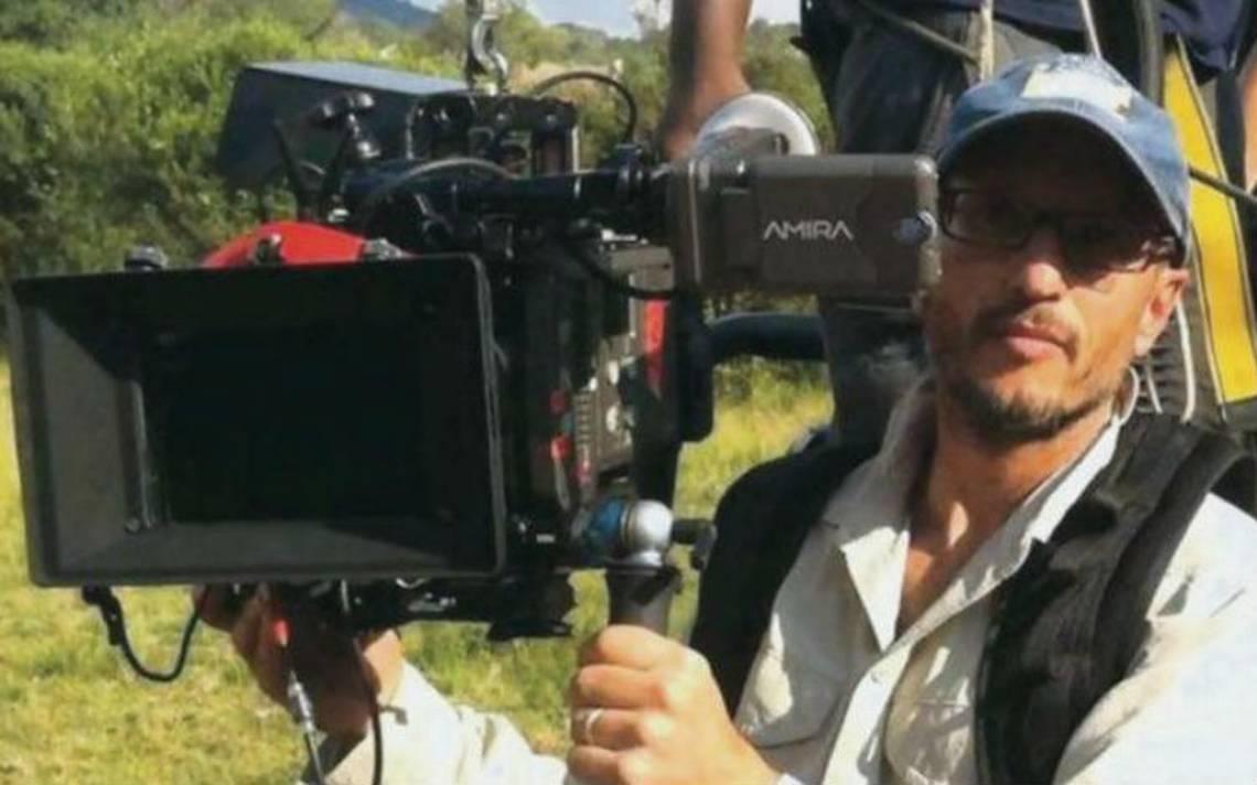 Jirafa mata al cineasta Carlos Carvalho durante rodaje de serie en Sudáfrica