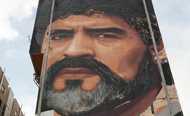 Nápoles festeja su primer campeonato con mural de Maradona