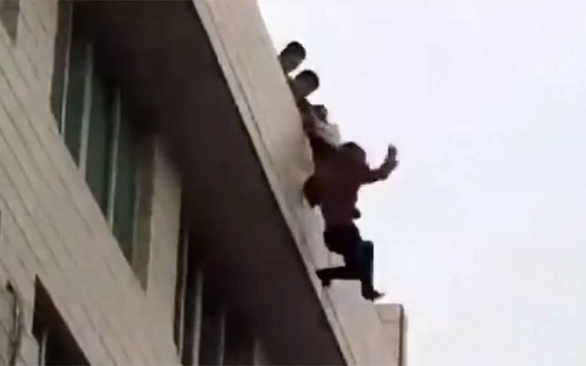 [Video] Mujer rompe con su novio y él intenta saltar de un edificio para suicidarse