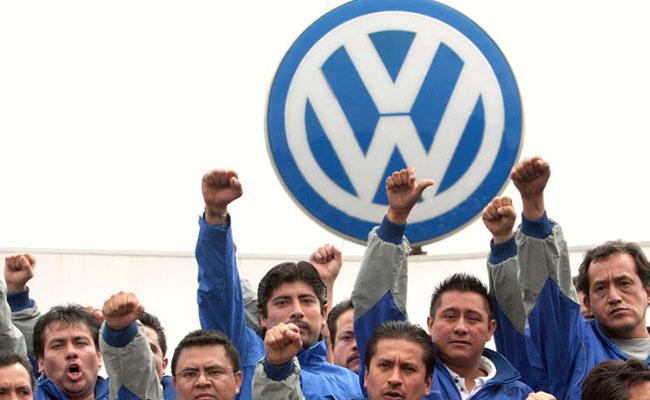 Trabajadores amenazan con huelga a la automotriz Volks Wagen en Puebla
